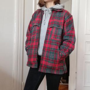 Retro lumberjacka i ull, köpt på statementfestivalen för 400. Säljer pga har en liknande och behöver inte två. Ganska stor så passar perfekt med hoodie under.