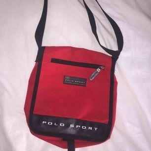 Ralph Lauren väska får plats med 2-3 skolböcker ungefär! Använda 1-2 ggr. Kan fota bättre bilder vid behov!