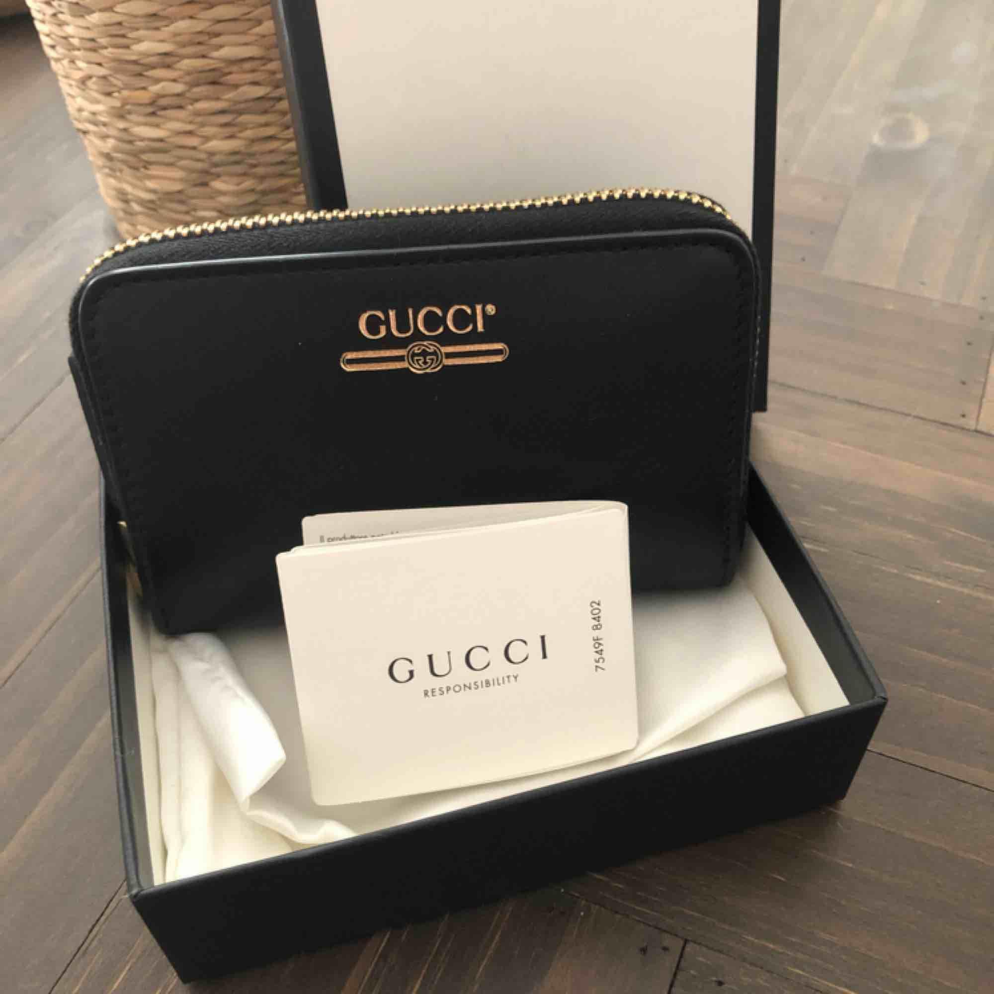Gucci korthållare äkta! Inköpt på Gucci Stockholm. Äkthetsbevis finns, aldrig använd då de inte är min stil fått den i gåva, nypris 2900:- mitt pris 2000:- kan skickas men köparen står för frakten.. Accessoarer.