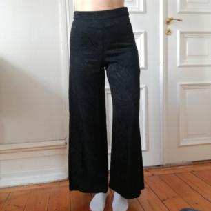 Snygga kostymliknande byxor från weekday strl 34, men har resor och pasaar mig med strl 36. Svarta med coolt zebraliknande glansigt mönster.