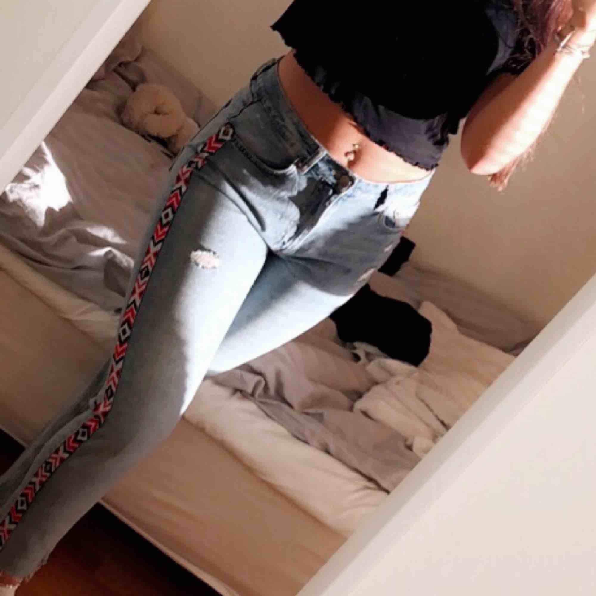 Säljer dessa coola byxor från H&M, knappt använda. Köpare står för frakt🌸. Jeans & Byxor.