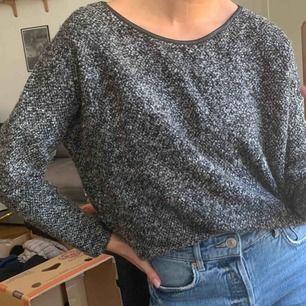 """Mysig tröja som är köpt i England. Billigt pris pga den kan uppfattas som sliten i """"skinn""""-kanten. Frakt : 59kr ✨ samfraktar gärna med andra produkter jag säljer"""