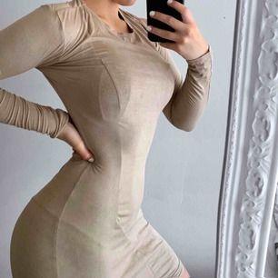 Ljusbrun/beige klänning i mocka från NLY Trend storlek XS i fint skick. Frakt kostar 36kr extra, postar med videobevis/bildbevis. Jag garanterar en snabb pålitlig affär!✨ ✖️Fraktar endast✖️