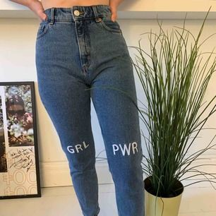Snygga och sköna jeans med brodering GRL PWR     Orsak: Använder inte :/
