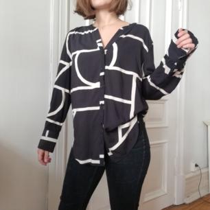 Snugg översize mönstrad skjorta från ellos storlek 42 men passar mig som har 36/38. Kan varieras i stil.