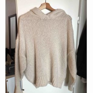Ben-vit stickad hoodie från Chiquelle. One size. Stor mysig luva. Använd ca 2 ggr.  Mötas upp i sthlm eller skickar på posten, köparen betalar frakt.