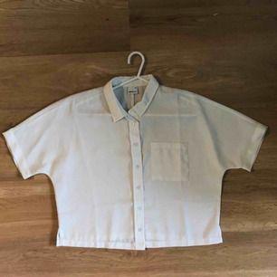 Benvit kortärmad skjorta med fint fall! Använd fåtal ggr. och välskött.