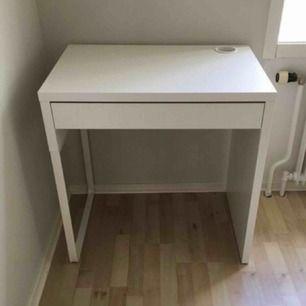 Ett skrivbord från Ikea i storleken 73x50. Har blivit använt som sminkbord men behöver nu ett större Hör av er för mer information