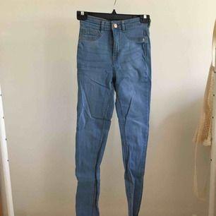 Högmidjade Jeans, använda två-tre gånger, är i bra kvalitet men behöver strykas. Model: Molly