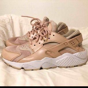 Nike Huarache Run - Desert sand.  Använda två gånger. Superfina sneakers i dusty rosa färg 😍