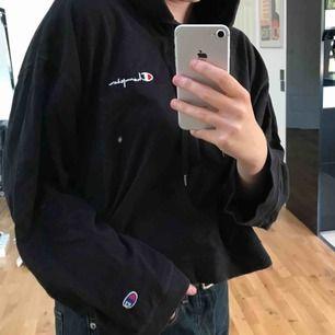 Superfin hoodie från Champion x Weekday i något cropped modell. Sitter bra, lite oversized, på mig som normalt sett har storlek S. Vida ärmar med loggan på bröstet och på högra ärmen. Kan mötas upp i Stockholm eller frakta inom Sverige!