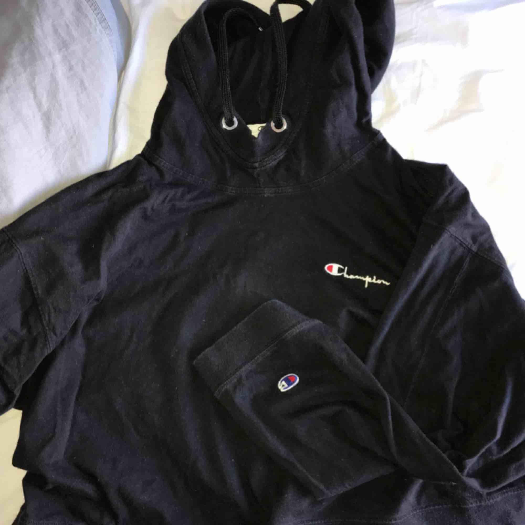 Superfin hoodie från Champion x Weekday i något cropped modell. Sitter bra, lite oversized, på mig som normalt sett har storlek S. Vida ärmar med loggan på bröstet och på högra ärmen. Kan mötas upp i Stockholm eller frakta inom Sverige!. Huvtröjor & Träningströjor.