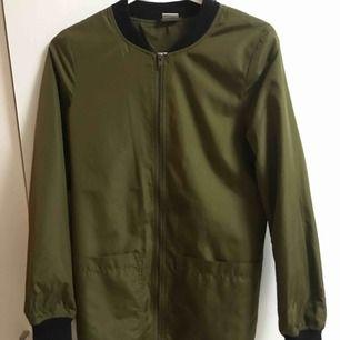 Lite använd jacka med fin färg