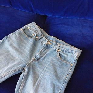 Mom jeans med rose gold detaljer från Cheap Monday. Aldrig använda då de är för små för mig. Kan mötas upp i Sthlm eller skickas mot frakt (160 inkl frakt) ☺️