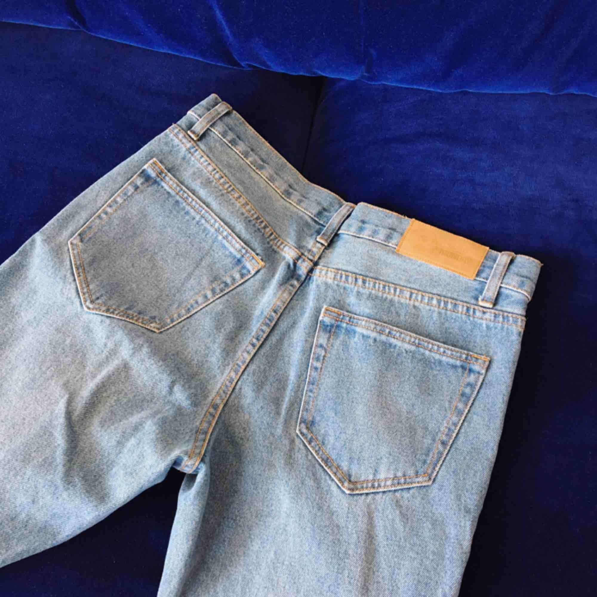 Mom jeans med rose gold detaljer från Cheap Monday. Aldrig använda då de är för små för mig. Kan mötas upp i Sthlm eller skickas mot frakt (160 inkl frakt) ☺️. Jeans & Byxor.