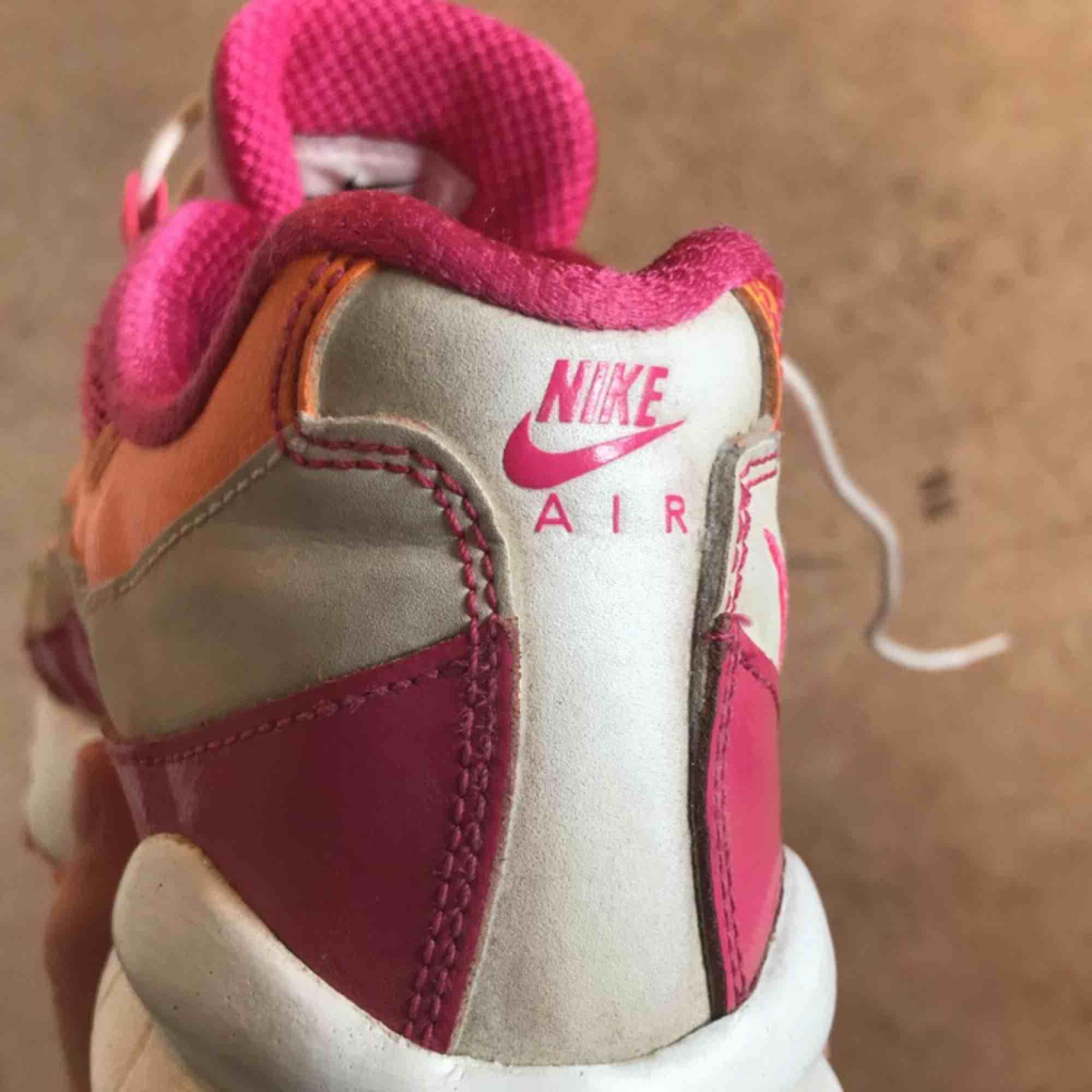 Supercoola Nike Air Max 95 Junior i storlek 35. Använda men hela och kan tvättas upp innan de skickas. Har själv bytt till de vita lite konstiga snörena men det är ju lätt att byta ut om man vill! 250 kr inkl frakt. Skor.