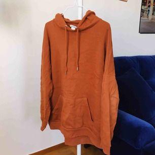 Orangebrun hoodie från Monki som är mer som M/L.  Kan mötas upp i Sthlm eller skickas mot frakt (130 inkl frakt!)