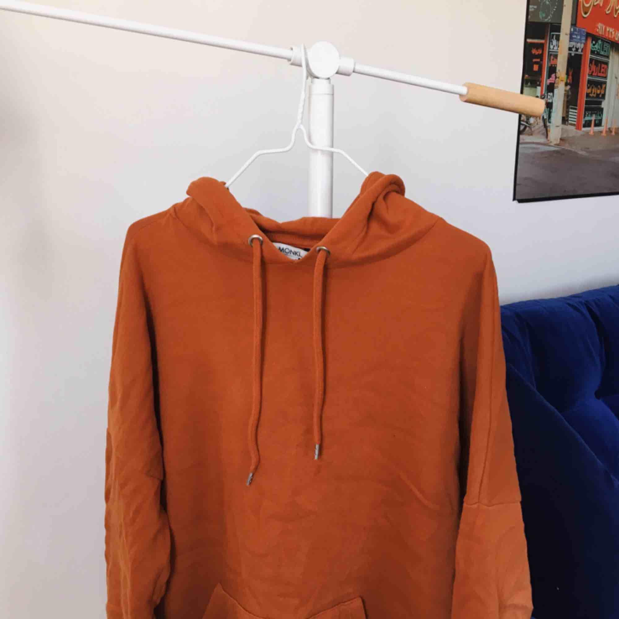 Orangebrun hoodie från Monki som är mer som M/L.  Kan mötas upp i Sthlm eller skickas mot frakt (130 inkl frakt!). Huvtröjor & Träningströjor.