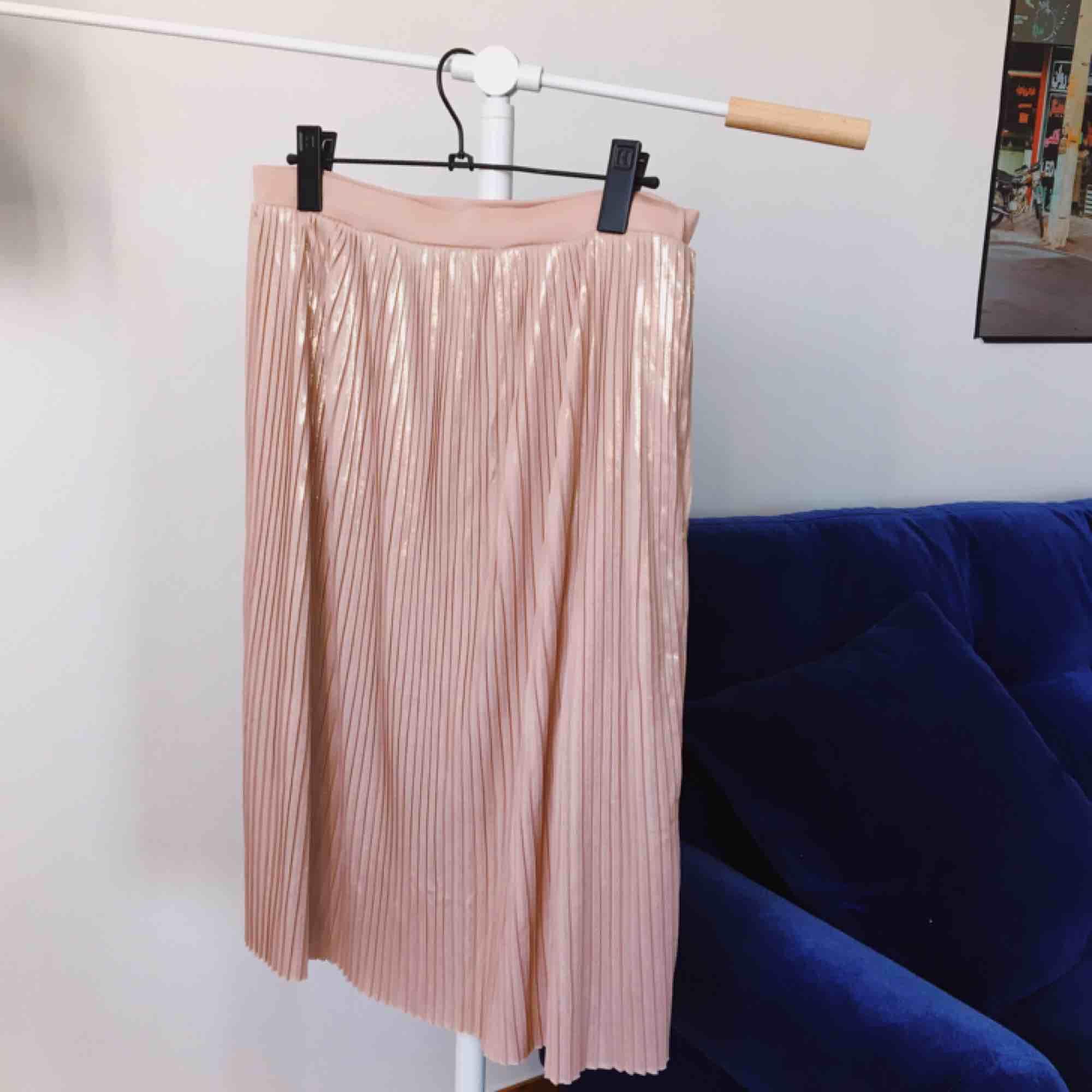 Guldskimrande rosa kjol från Mango. Kan mötas upp i Stockholm eller skickas mot frakt (130kr inkl frakt!) ☺️. Kjolar.