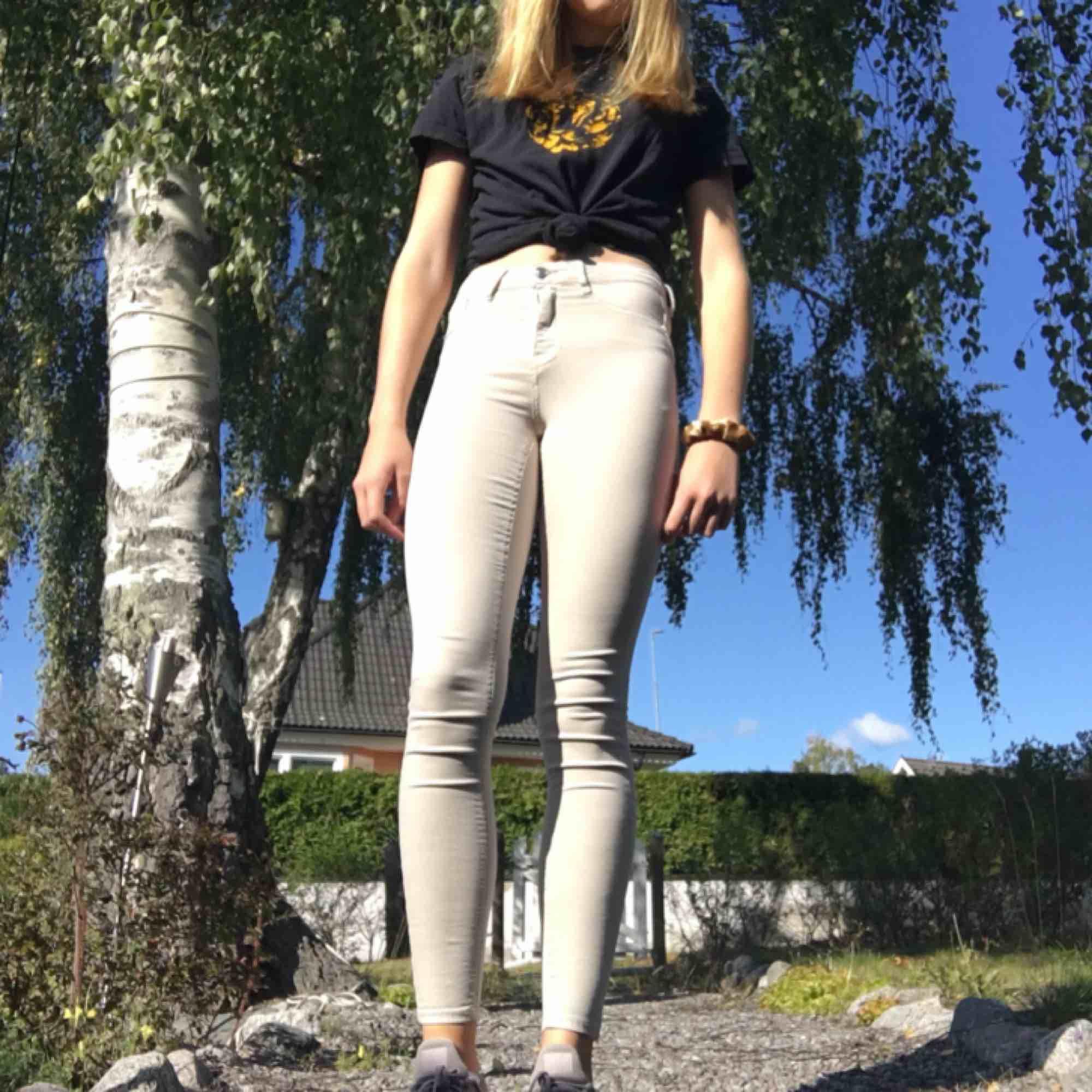 Molly jeans från gina tricot. Bra skick. Frakt tillkommer :). Jeans & Byxor.