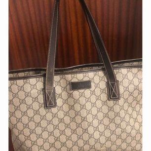 Säljer min fina Gucci väska som är äkta. Köpt i Köpenhamn  I använt skick men fin. Köpt för 7000kr säljer nu för 2500