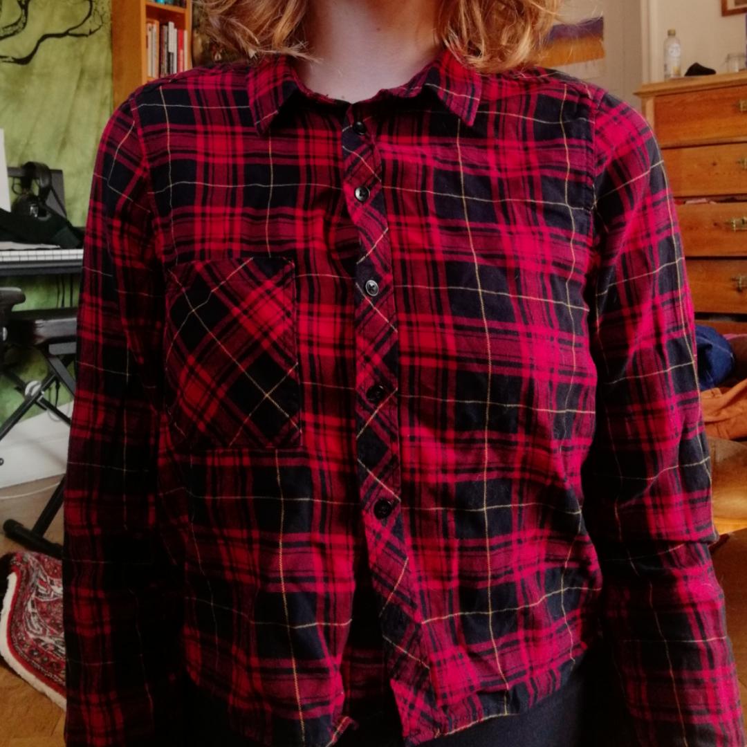 Croppad skjorta i nyskick.  Går att hämta upp på södermalm.  Kan tänka mig frakta, men fraktpris tillkommer. Skjortor.