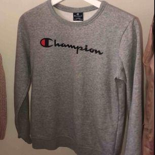 Champion tröja. Den är i strl large i barnstorlekar men jag har xs och den sitter bra på mig. Säljer för att jag inte använder längre. Fint skick!
