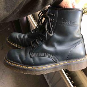 """Helt oanvända Dr. Martens köpta i New York för 2500kr! Endast testade, storlek 39. """"Dr. Martens Blue Leather Ankle Boots"""" med """"Air Cushion Soles"""" OBS! Ej svarta, väldigt mörkblå/mörkgröna!!! (Ser svarta ut) Fraktar spårbart för 63kr"""