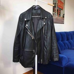 Jättefin skinnjacka från H&M Divided. Storlek 40 men sitter mer som en 38. Kan mötas upp i Stockholm eller skickas mot frakt (160 inkl frakt!)