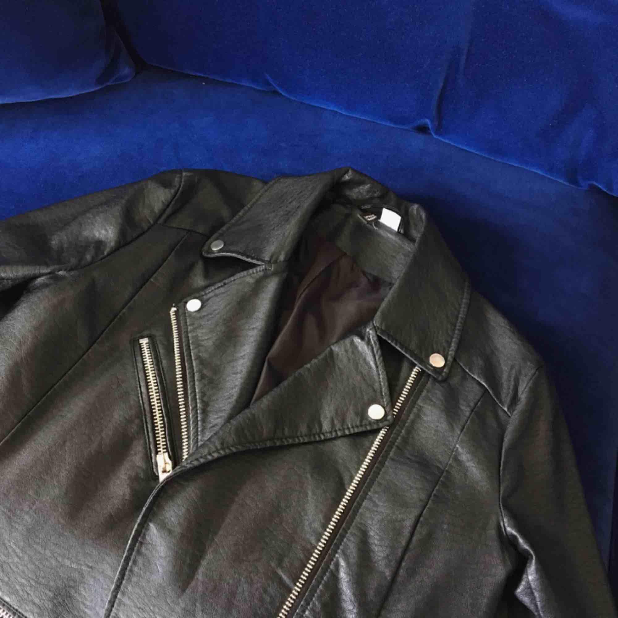 Jättefin skinnjacka från H&M Divided. Storlek 40 men sitter mer som en 38. Kan mötas upp i Stockholm eller skickas mot frakt (160 inkl frakt!). Jackor.