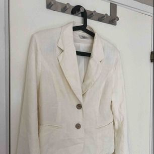 Fin vit kavaj, inte så använd hänger mest i garderoben därför den säljs annars jätte fin🥰