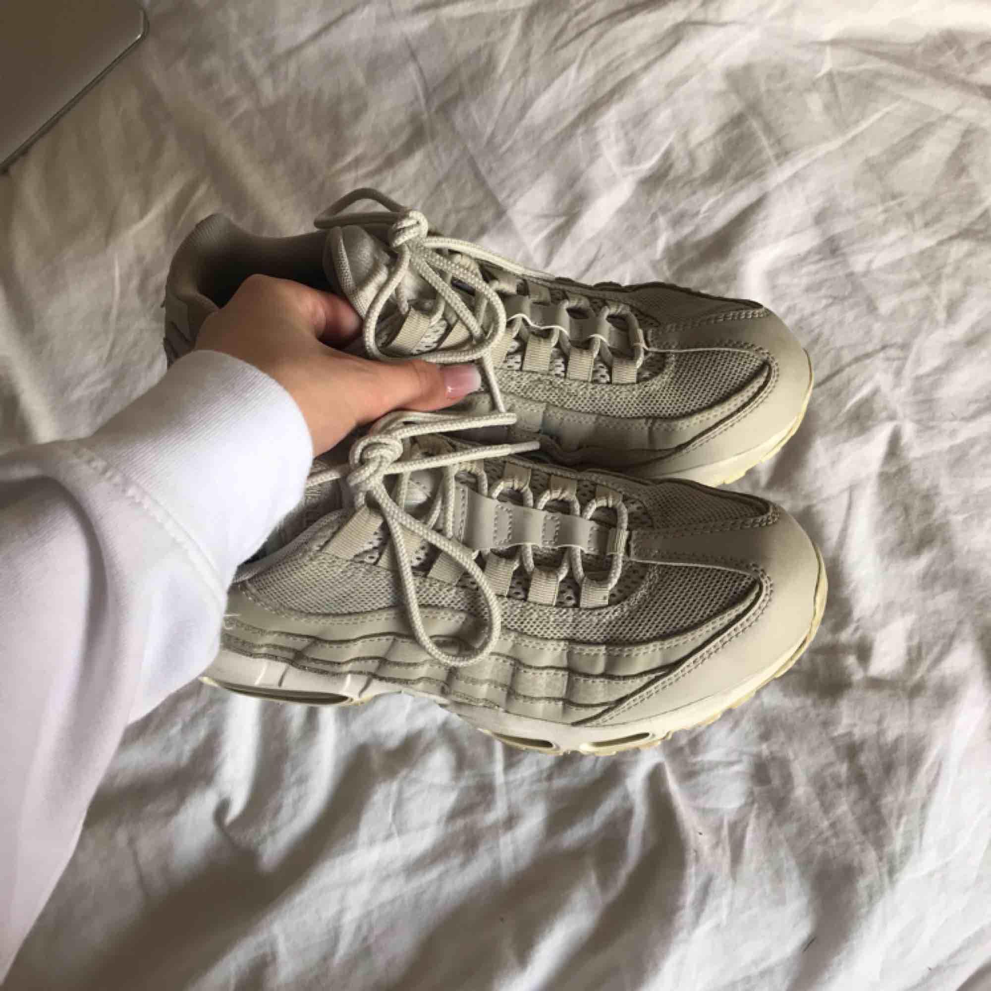 Beigea nike air max 95. Använda fåtal gånger, säljer tyvärr pga för stora. Skor.