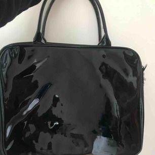 Supersnygg trendig väska (väldigt rymlig)! I mycket fint skick! Säljer då jag inte fått användning för den tyvärr💞💙 Kontakta om frågor finns! Frakt tillkommer🌸