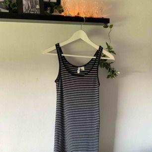 Vit/grå randig klänning i mycket fint skick!