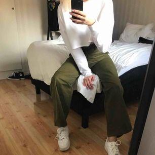 Supersnygga byxor från H&M i skönt sammetsliknande material. Perfekt grön färg och de är riktigt sköna. (Köparen står för frakten.)
