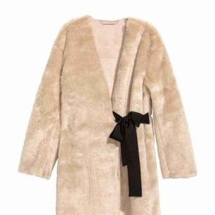 Jättemysig kappa i fakepäls från H&M, använd endast en gång! Frakt ingår i priset <3