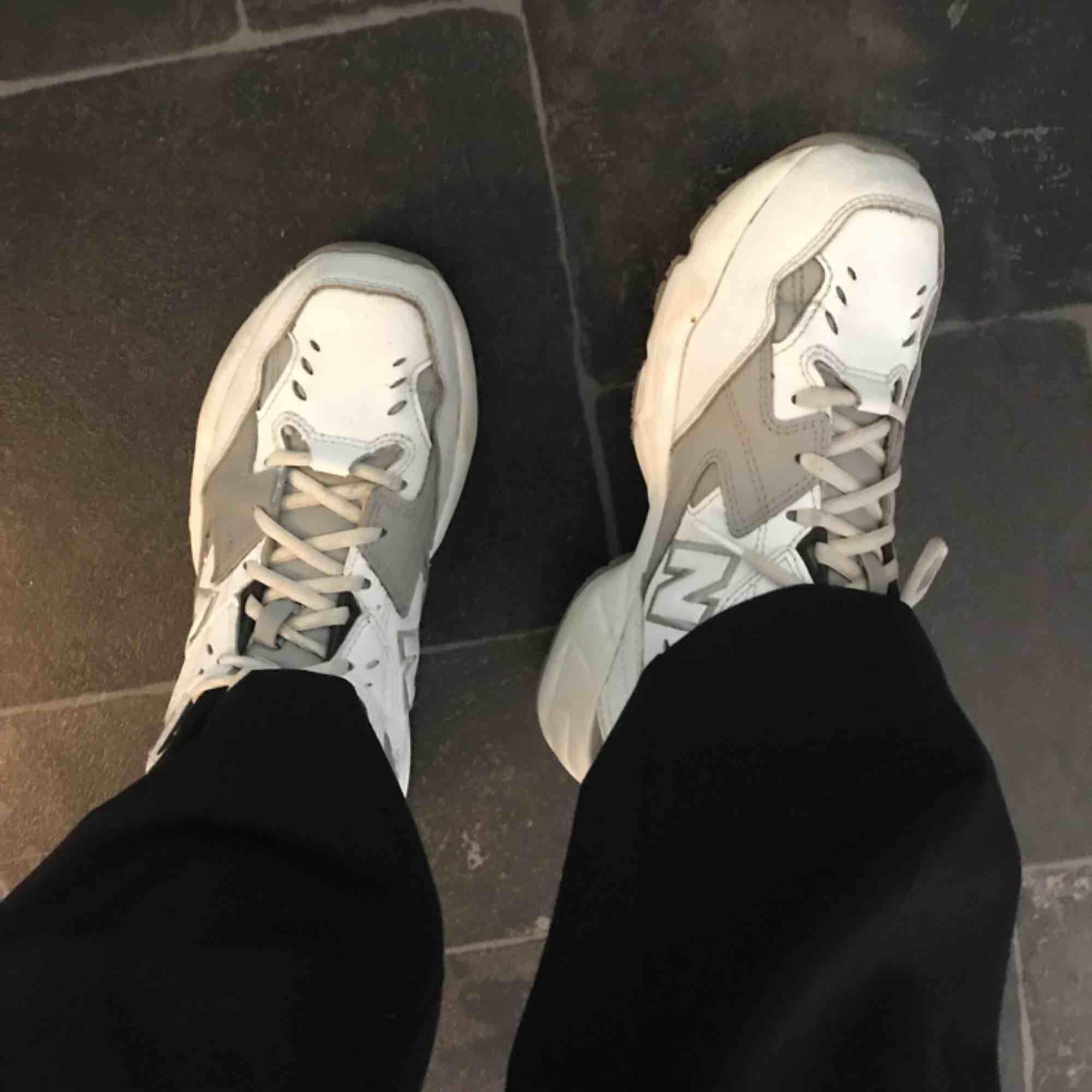 Supersnygga och väldigt sköna sneakers från New balance. Relativt oanvända, går även byta till grå snören. (Köparen står för frakten.) . Skor.