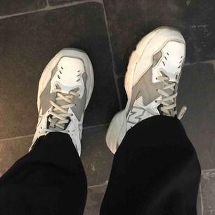 Supersnygga och väldigt sköna sneakers från New balance. Relativt oanvända, går även byta till grå snören. (Köparen står för frakten.)