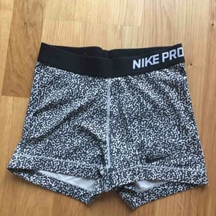 Träningsshorts från Nike. De är i storlek S men passar även XS. De är använda mycket, så jag säljer de bara för 50kr. Frakten ingår i priset
