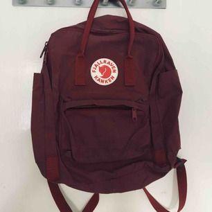 Röd fjällräven kånken ryggsäck. Använd men hel.  Köparen står för frakt, kan alternativt mötas upp i Västerås.