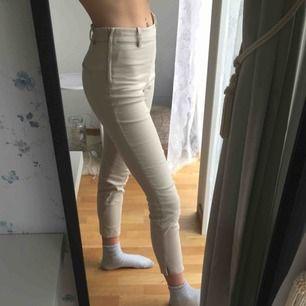 Kostymbyxor från h&m. De har en liten skroma på högre benet, men den är knappt synlig. Frakten ingår i priset🥰