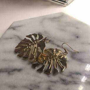Monstera-örhängen från H&M, använda vid ett tillfälle! Längden är 6,5 cm. Frakt ingår i i priset 🥰