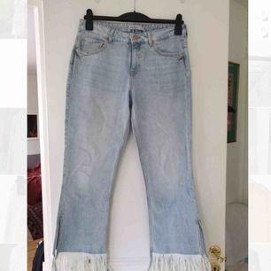 Ljusa jeans men slits och fransar från Zara. Knappt använda så i väldigt bra skick. Lite mindre i storleken skulle jag säga. Ser ut som att jeansen är fläckiga men det är endast fel på bilderna, ej i verkligheten. Frakt ingår!
