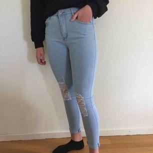 Ett par jeans från SHEIN. Har aldrig använder dem och är i bra skick. De sitter lite tajtare och har hål på knäna samt en uppvikt kant vid slutet på benen. PS: tar bara frakt och det kostar 70 kr🔥💗