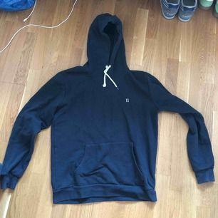 En fin hoodie från märket les deux från Köpenhamn. Enda felet med den är att en av hoodiestrapsen gått sönder