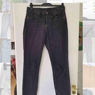 """Snygga gråsvarta jeans från H&M i modellen """"Vintage Fit Cropped"""". Knappt använda så därav i väldigt bra skick. Frakt ingår!"""
