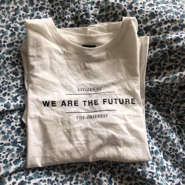 en fin vit t-shirt från gina tricot säljs pga att den är för stor för mig⚡️ aldrig använd bara testad. inköpt för ca 199kr 💕 pris kan diskuteras och även de kostnaden för ev frakt. T-shirts.