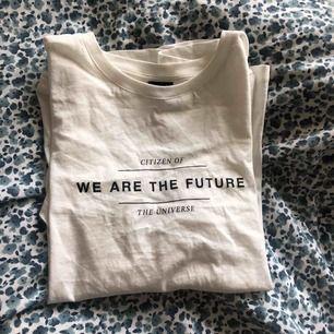 en fin vit t-shirt från gina tricot säljs pga att den är för stor för mig⚡️ aldrig använd bara testad. inköpt för ca 199kr 💕 pris kan diskuteras och även de kostnaden för ev frakt