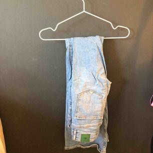 Ljusa bootcut jeans från zara. Aldrig använda! Helt sprillans.