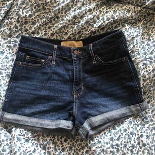 ett par sjukt snygga och sköna shorts från hollister säljs pga att dom har blivit för små✨ köpta för ca 499kr och använda ungefär 10 ggr då dom alltid varit för små ända sedan dom köptes💖 priset kan diskuteras även fraktkostnaden